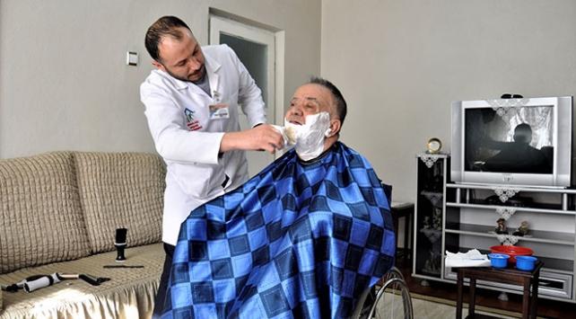 Hasta ve yaşlıları evlerinde tıraş ediyor