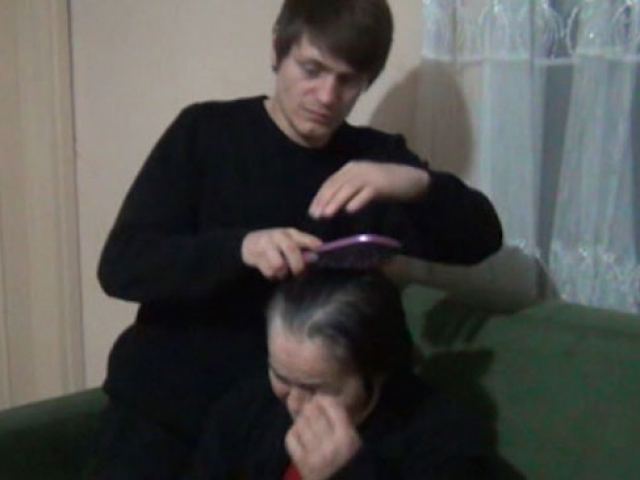 Hastalanan annesini bir an olsun yalnız bırakmıyor