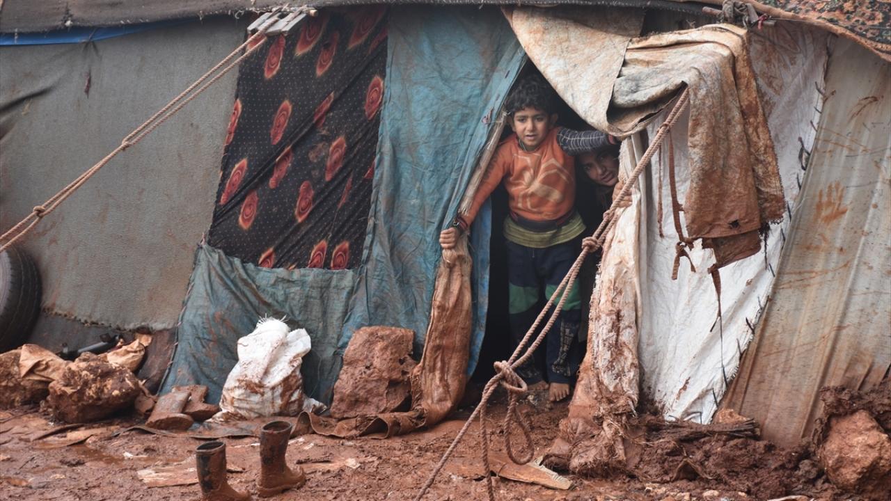 Kamplarda soğuk ve çamurla imtihan