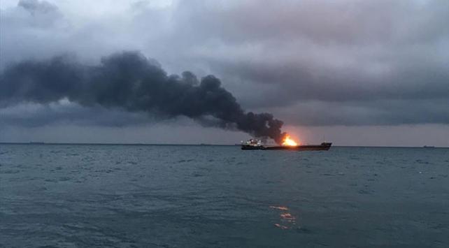 Kırım açıklarında iki gemide yangın çıktı
