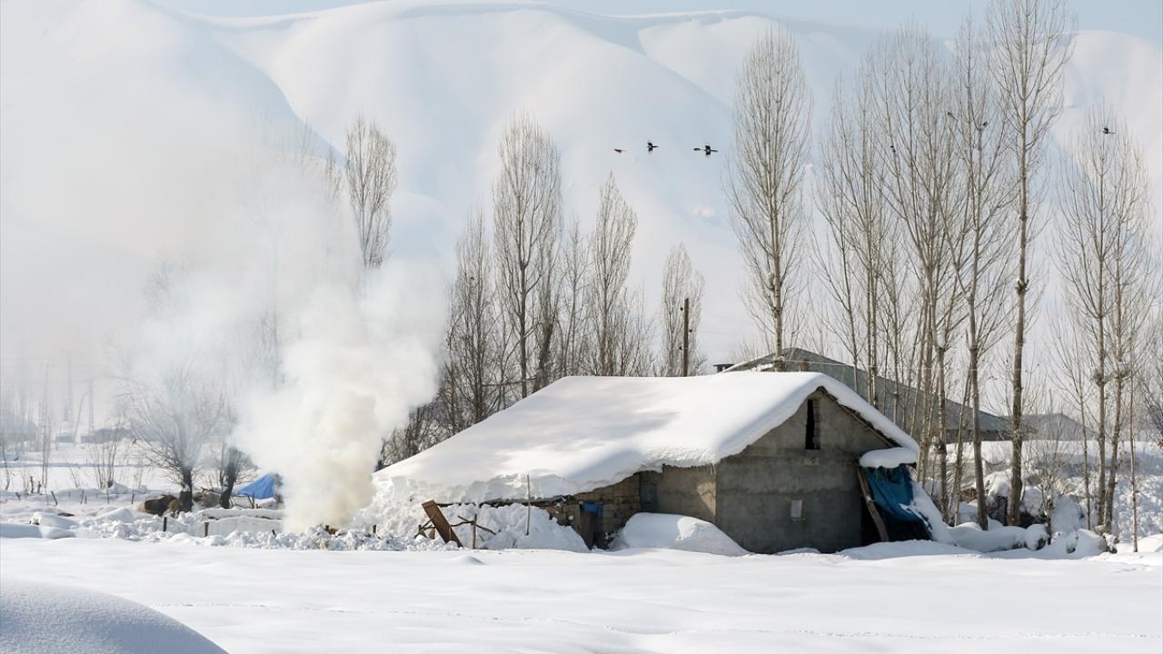Kar Yüksekovaya hem çile hem güzellik getirdi
