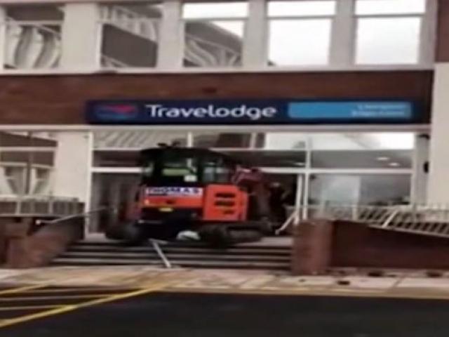Ücreti ödenmeyen işçi otele kepçeyle girdi