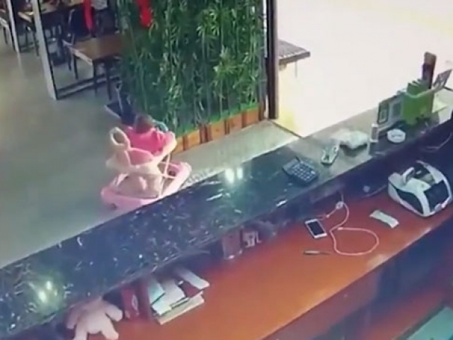 Çinde yürüteçteki bir bebek merdivenden yuvarlandı
