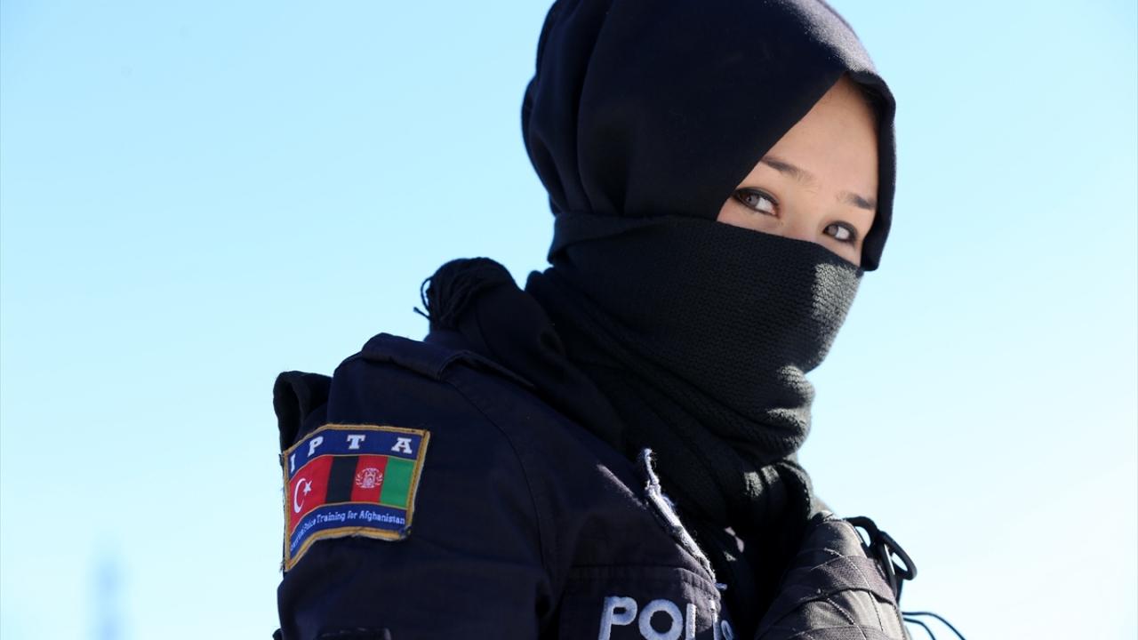 Afgan kadın polisler zorlu kış koşullarında mesleğe hazırlanıyor