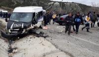 Fabrika işçilerini taşıyan minibüsle otomobil çarpıştı