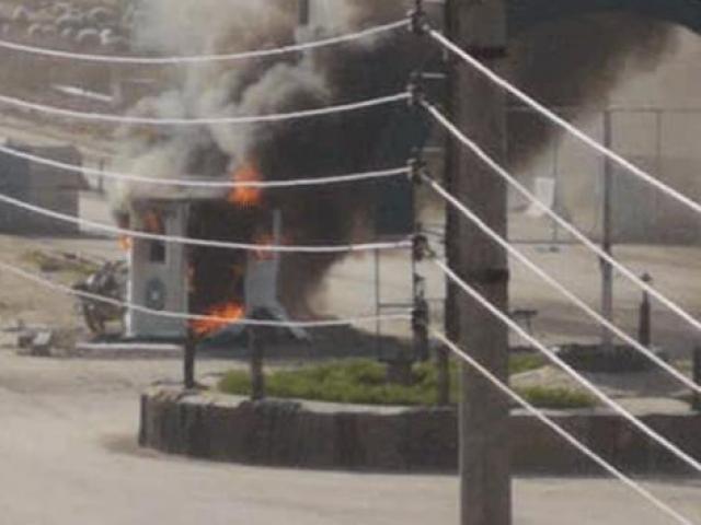 Rakka halkı terör örgütü YPG/PKK'ya ait kontrol noktasını ateşe verdi