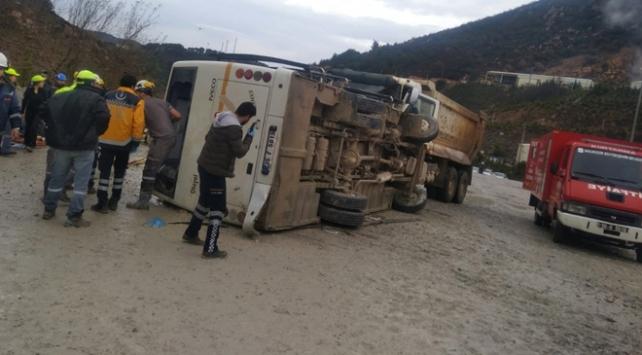 Balıkesirde işçi servisiyle kamyon çarpıştı
