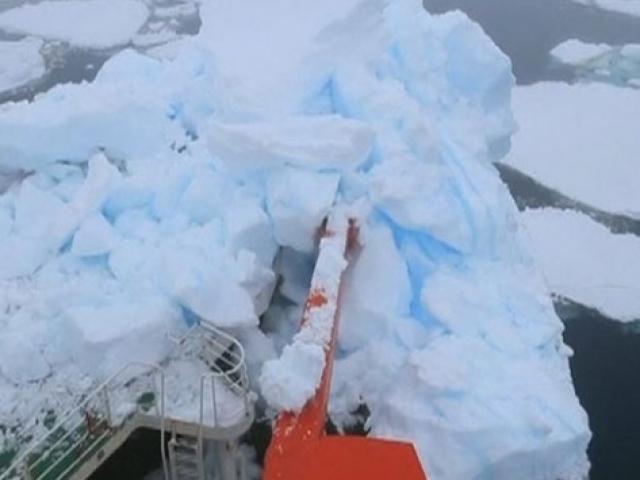 Çin'in buzkıran gemisi Antarktika'da buz dağına çarptı