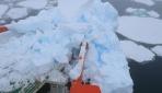 Çinin buzkıran gemisi Antarktikada buz dağına çarptı