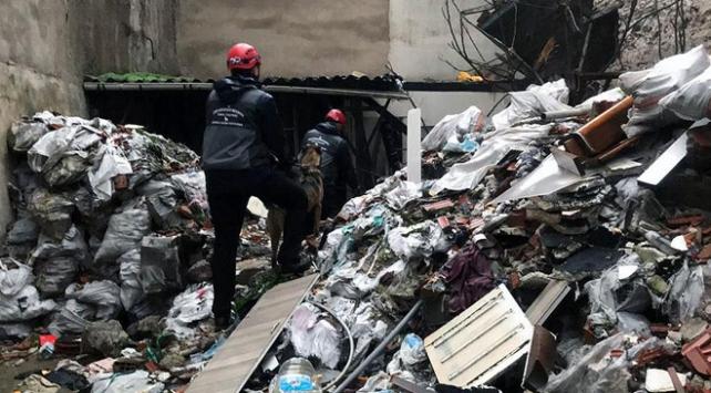 İzmirde çöken binanın enkazında kalan kişinin cesedine ulaşıldı