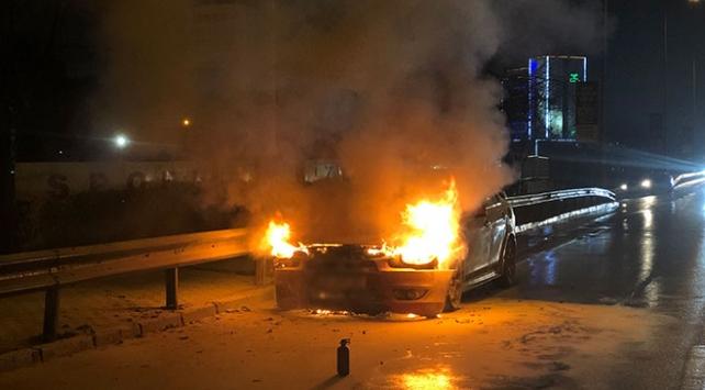 Bursada seyir halindeki araç yanarak küle döndü