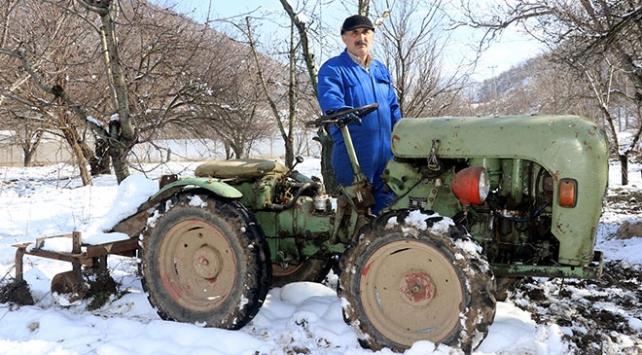 1965 model traktörüne gözü gibi bakıyor