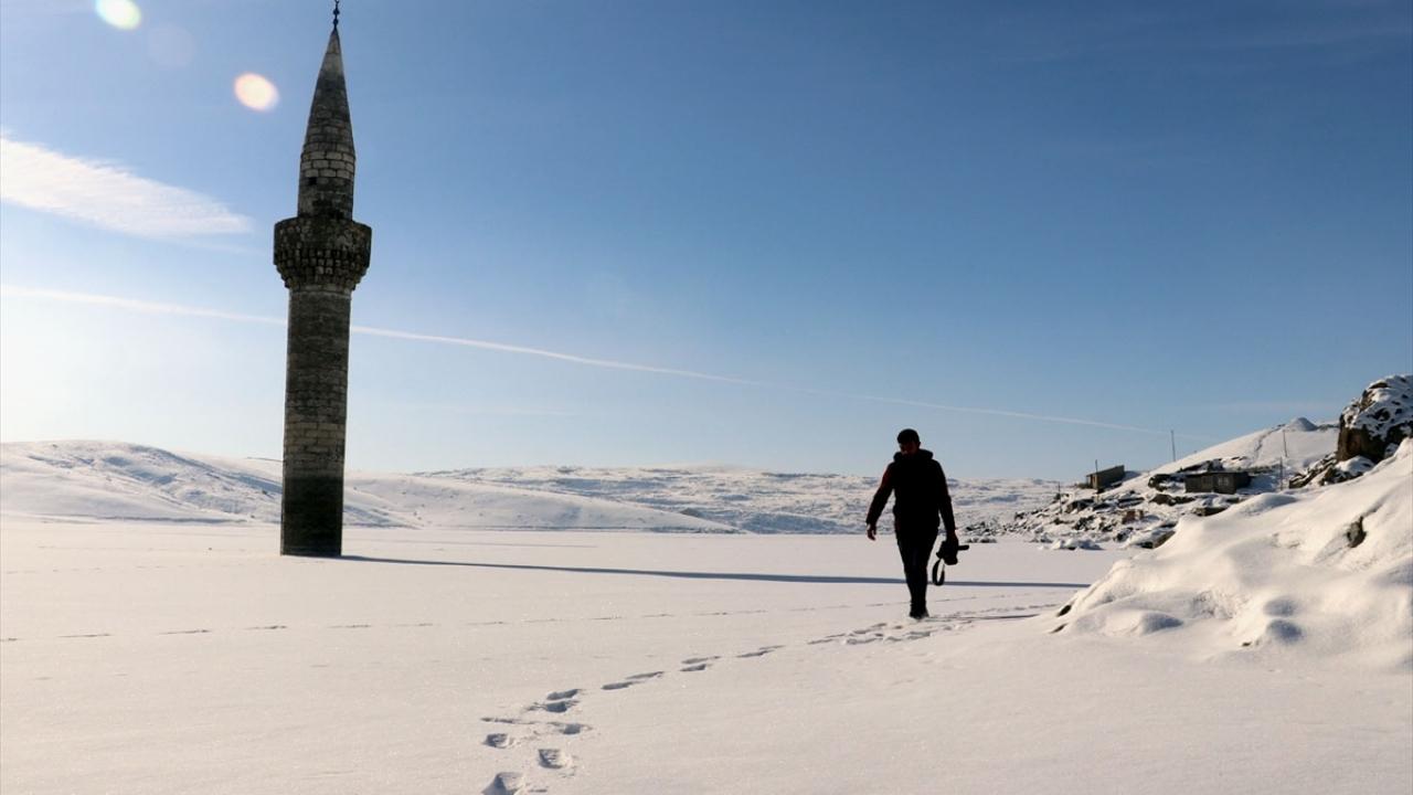 Buz tutan barajdaki minare ilgi odağı oluyor