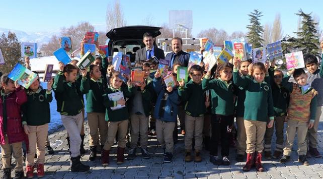 Köy okullarına gidip çocuklara kitap dağıtıyor