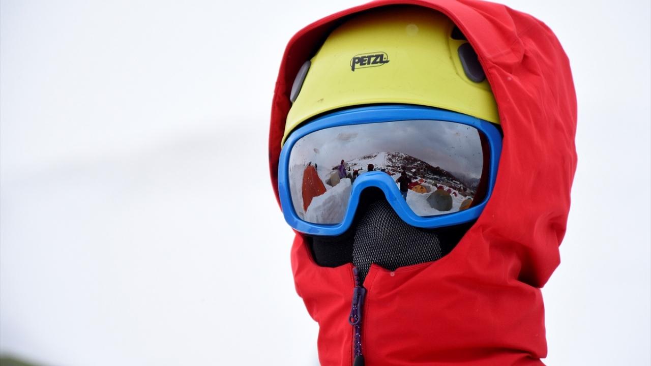 10 dağcının yaşamını yitirdiği dağda hayatta kalmayı öğreniyorlar