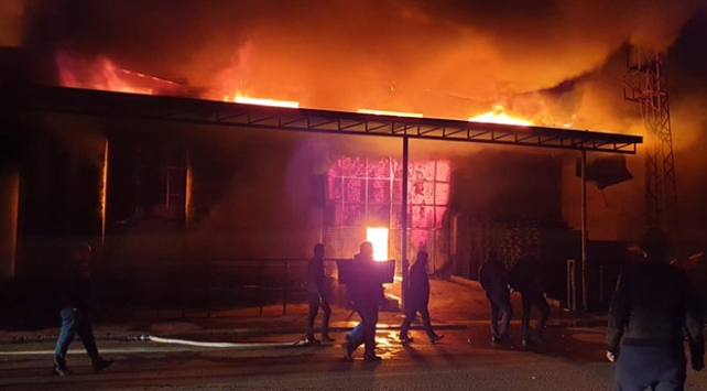 Denizlide plastik kasa fabrikasında yangın
