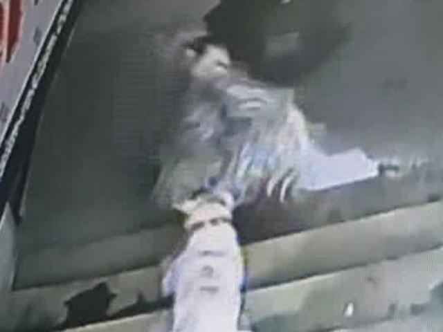 Lokantada sahibiyle yemek yiyen keçiye köpek saldırdı
