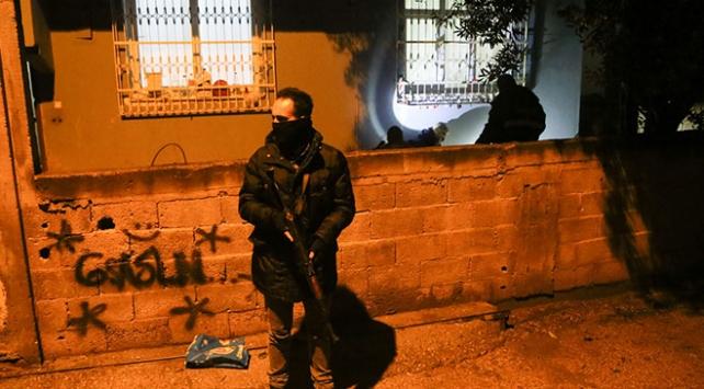 Adanada bahçeye atılan ses bombası paniğe yol açtı