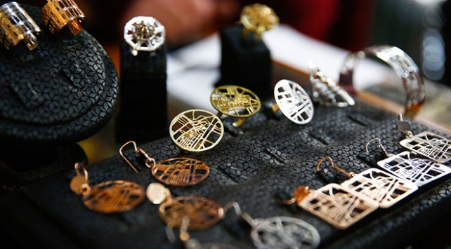 Saraybosnanın tarihi sembollerini takılara işliyor