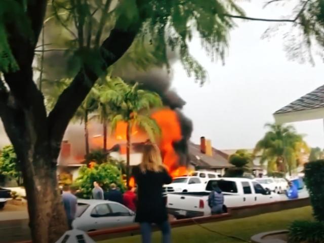 Gökyüzünde alev alan uçak evlerin üzerine düştü: 5 ölü