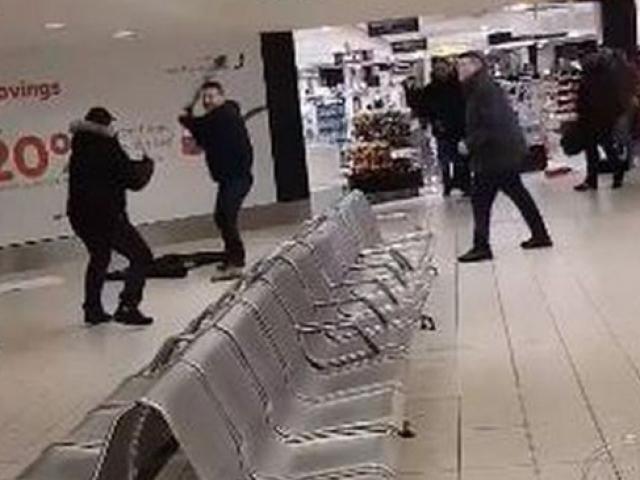 Havalimanındaki kavgada yumruklar havada uçuştu