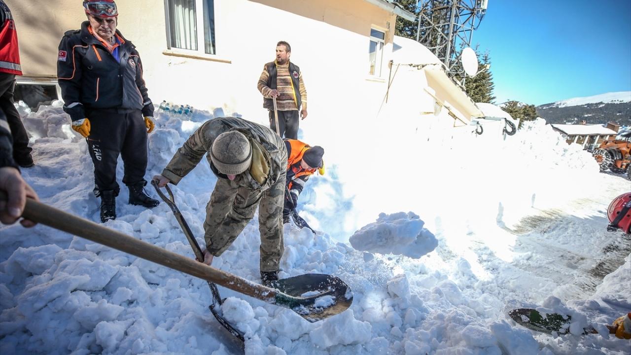 Uludağda otelin çatısındaki kar vatandaşların üzerine düştü