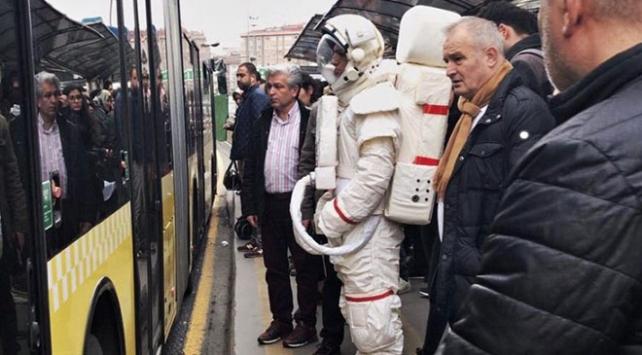 Metrobüs durağındaki astronot Yeşilayın reklam projesi çıktı