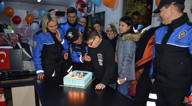 Polis ekiplerinden otizmli Utkuya doğum günü sürprizi