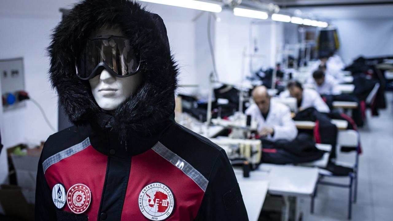 """Antarktika soğuğunda """"yerli üretim"""" kıyafetlerle ısınıyorlar"""