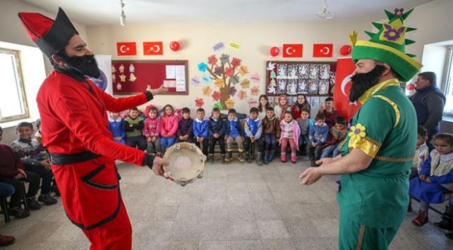 Karlı yolları aşarak köy çocuklarını tiyatroyla tanıştırıyorlar
