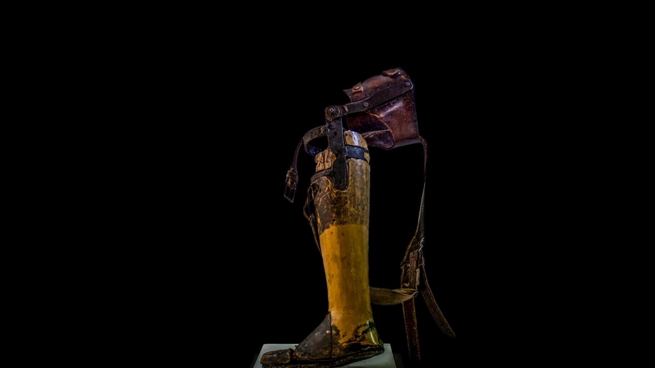 Kolombiyadaki mayın mağdurlarının el yapımı protez bacak sergisi