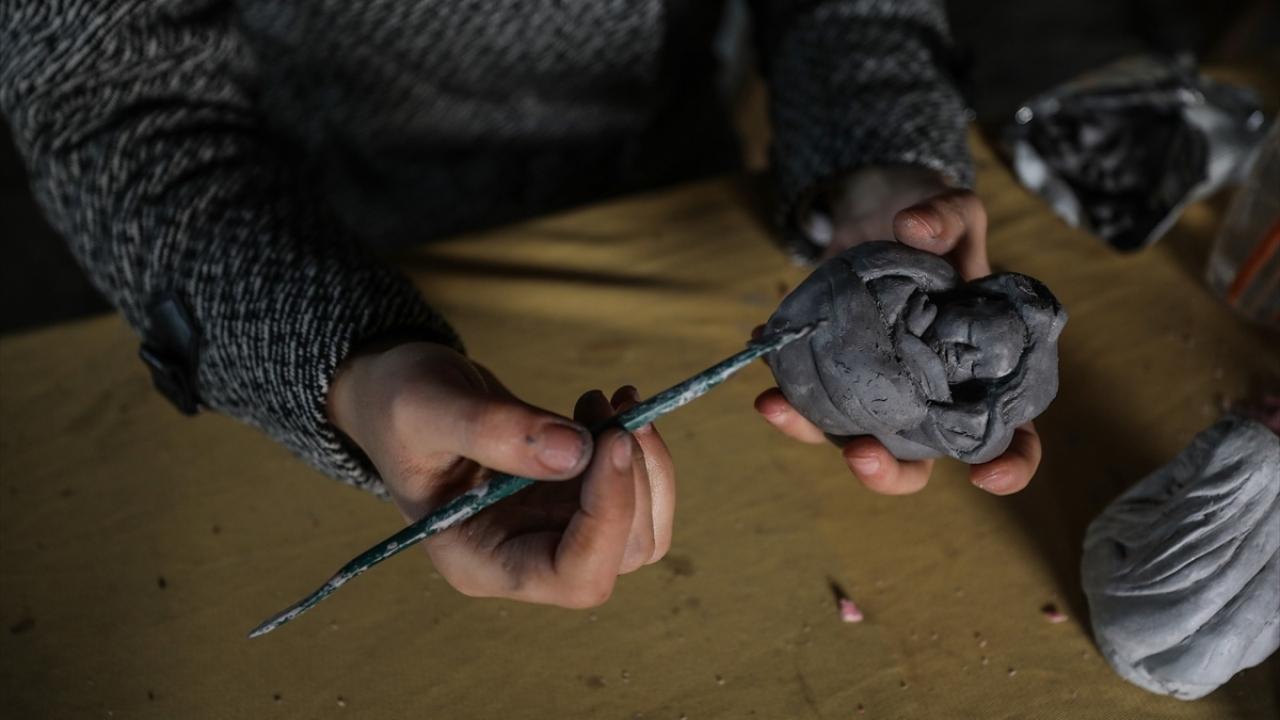Gazzede yaşanan acıları dondurma objelerine işliyor
