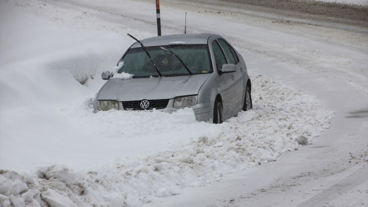 Kütahyada kar yağışı ulaşımı etkiliyor