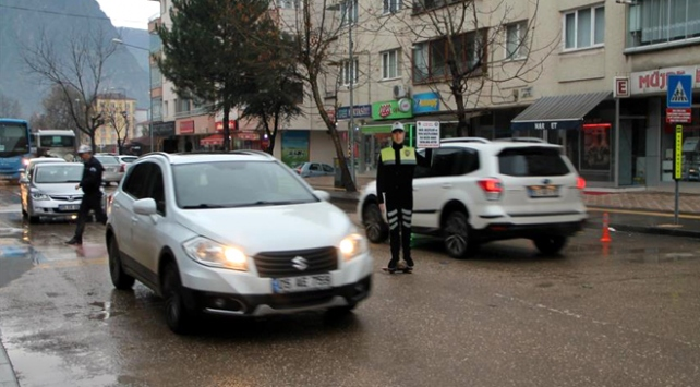 Okul önlerinde maket polis uygulaması
