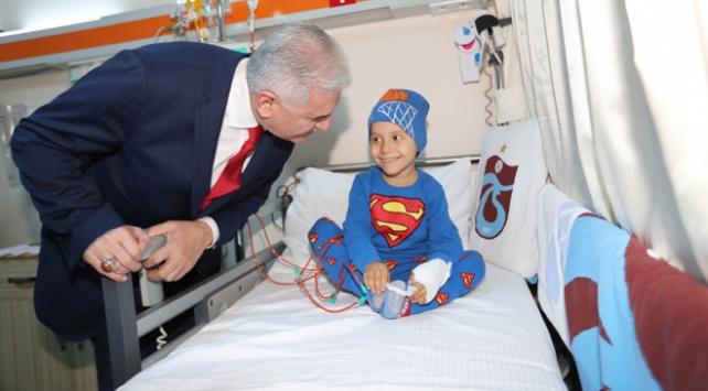 Binali Yıldırımdan kanser tedavisi gören çocuklara ziyaret