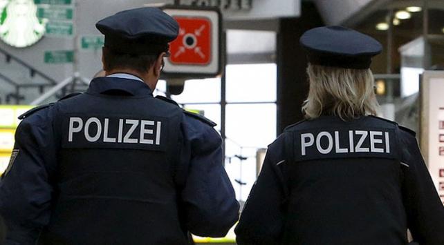 Almanyada başörtülü kıza ırkçı saldırı