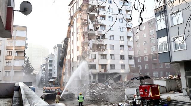 Kartalda riskli binanın yıkımı sürüyor