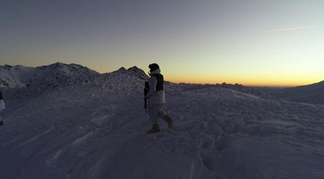 2 bin 800 metredeki üs bölgesi kapılarını TRT Haber ekibine açtı