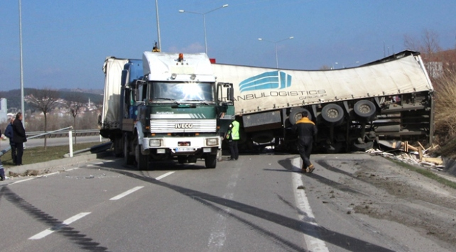 Tırın devrilen römorku Samsun-Ankara yolunda trafiği aksattı