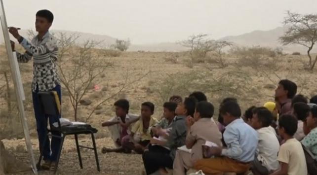 Yemende okulları yıkılan öğrenciler ağaç altında eğitim görüyor