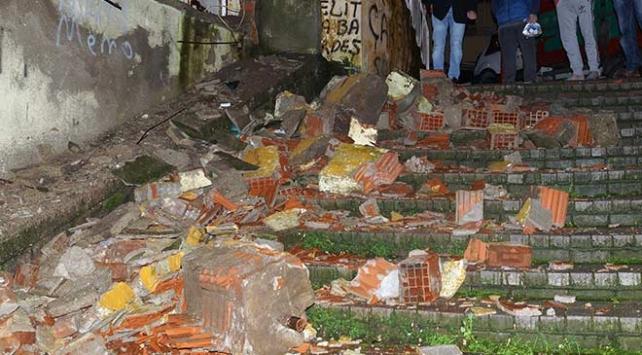 İzmirde iki katlı binanın balkonu çöktü