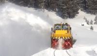 Demir yolu işçileri seferlerin aksamaması için kar ve buz temizliğinde