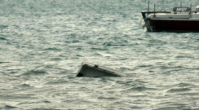 Midilli yakınlarında 52 göçmeni taşıyan tekne alabora oldu
