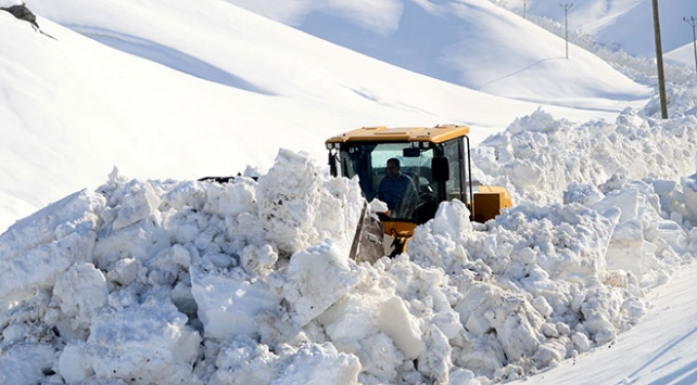 Kar ve tipi 31 yolu ulaşıma kapattı
