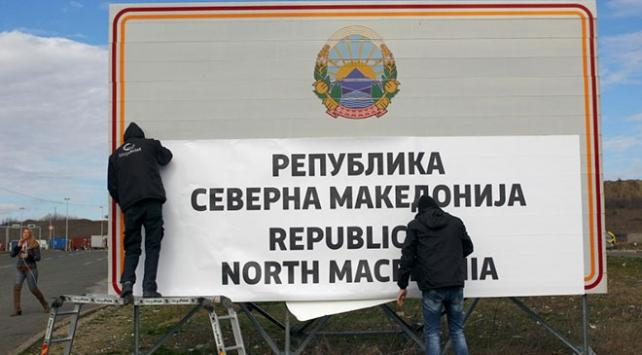 """Makedonya-Yunanistan sınırına """"Kuzey Makedonya"""" tabelası konuldu"""