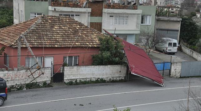 Fırtına çatıları uçurdu, ağaç ve direkleri devirdi