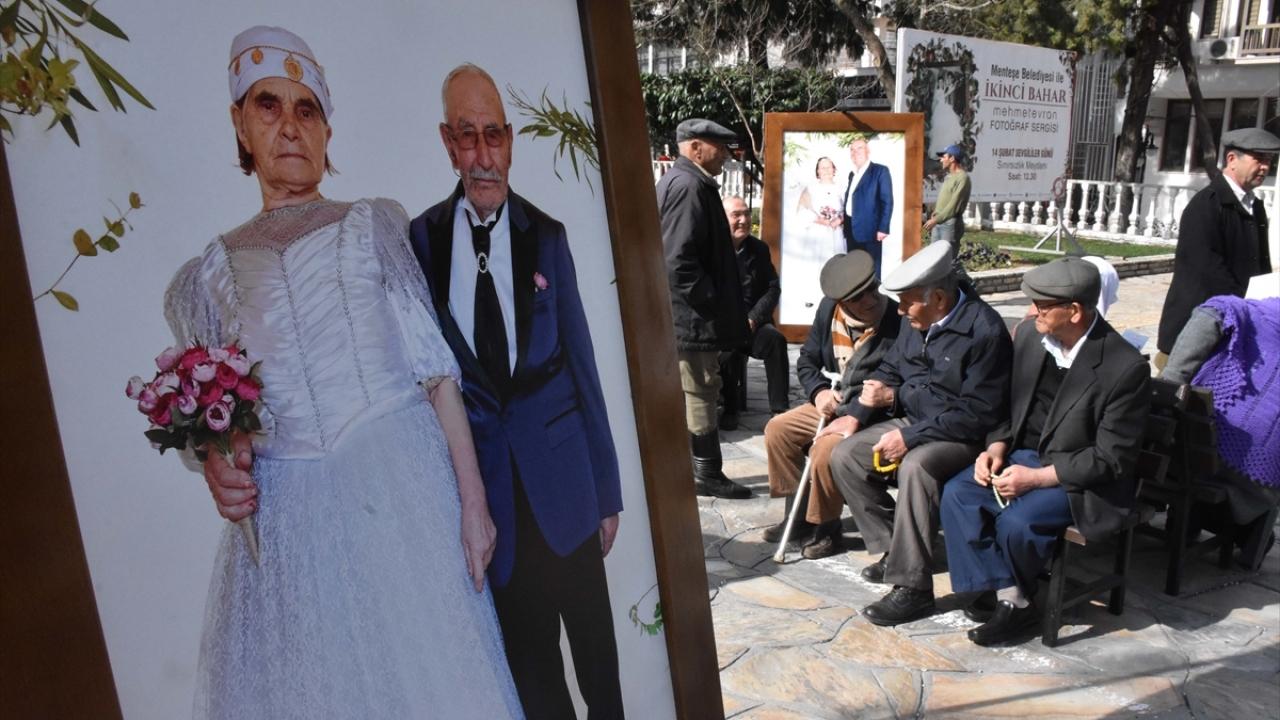 Yıllar sonra düğün fotoğrafı için objektif karşısına geçtiler