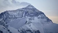 """Çin, Everest dağını """"çöp"""" nedeniyle turistlere kapattı"""