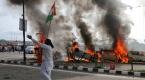 Keşmirde 44 kişinin öldüğü bombalı saldırı protesto edildi