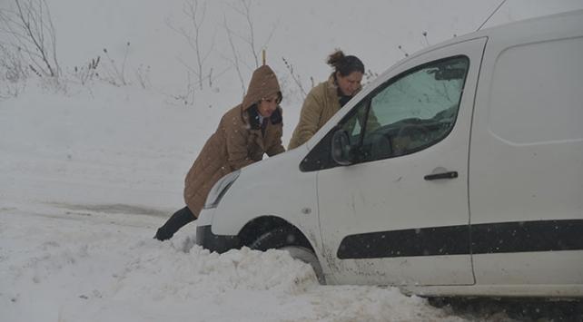 Kırklarelinde yoğun kar sürücüleri zorluyor
